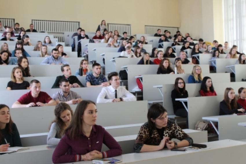 Руководитель отдела кадров СУ СКР по Алтайскому краю провел профориентационную лекцию со студентами юридического института Алтайского государственного университета
